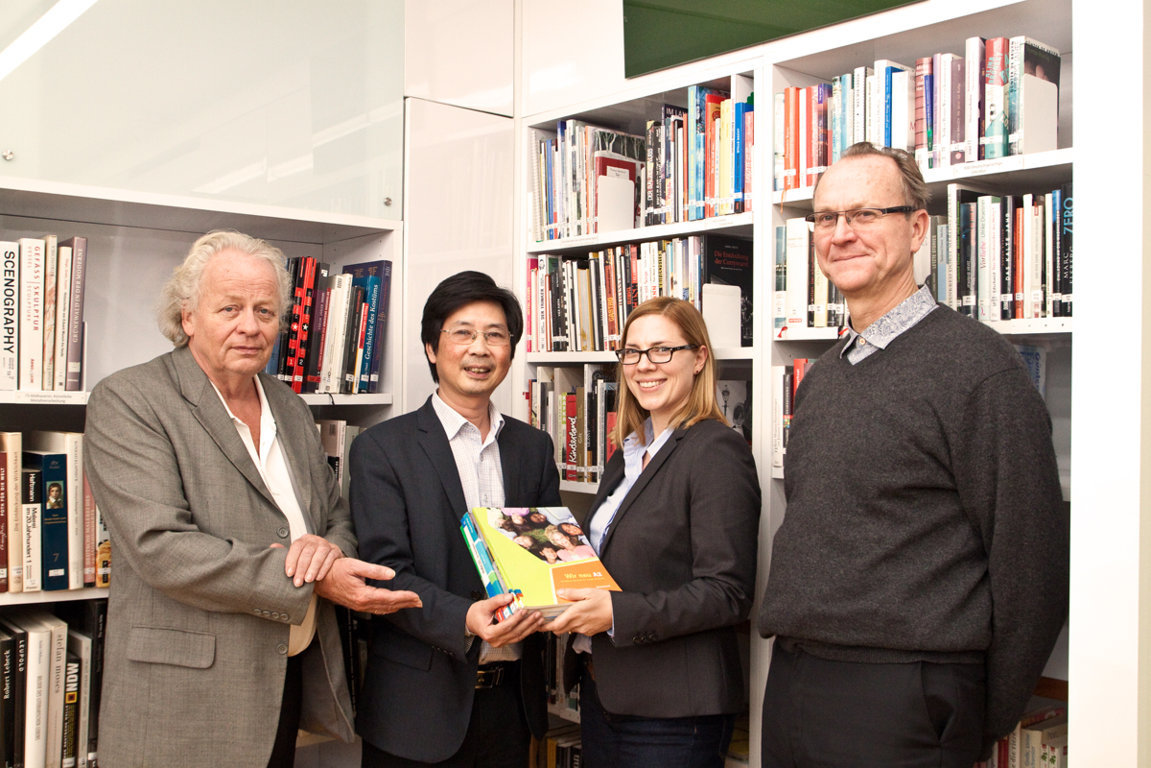 goethe-institut-hanoi-gives-german-textbooks-to-university-of-foreign-languages-hue-university
